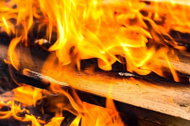 На Кубани женщина погибла при пожаре, ее сын успел спастись