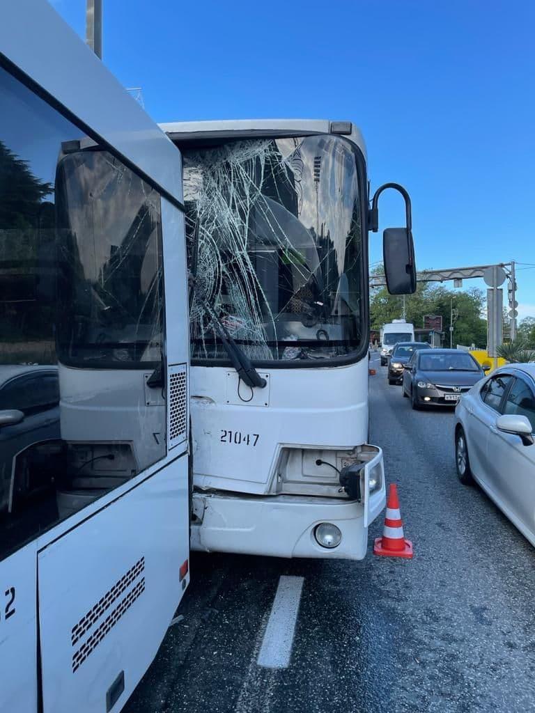 В Сочи столкнулись три автобуса с пассажирами в салоне