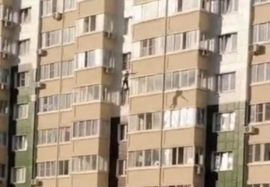 В Краснодаре мужчина сорвался с балкона многоэтажки и погиб
