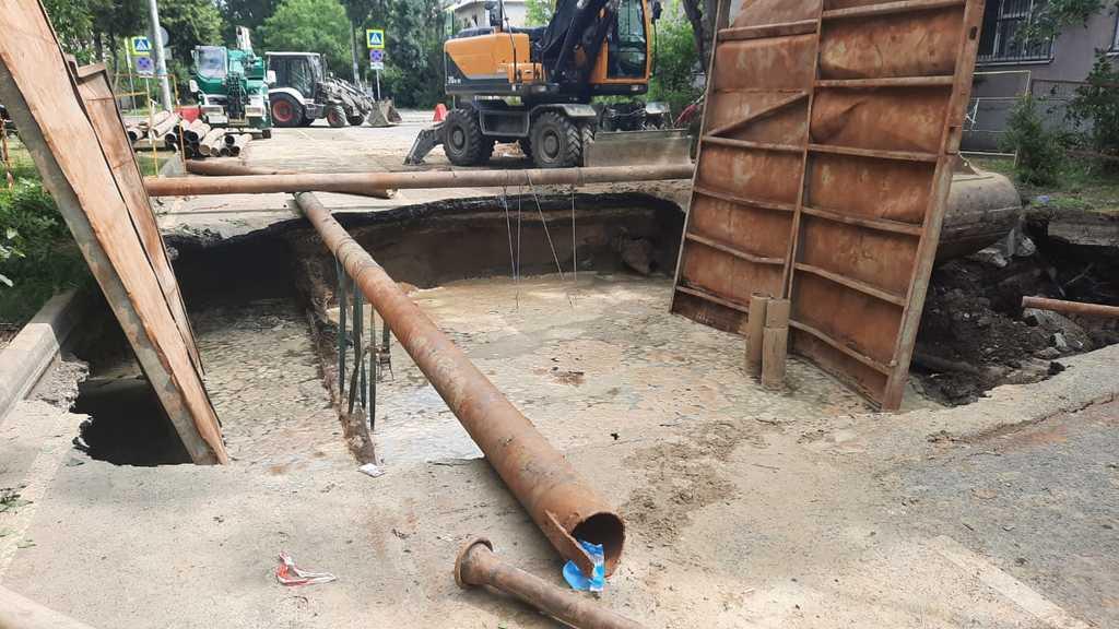 В Краснодаре обрушилась часть автодороги из-за прорыва канализации