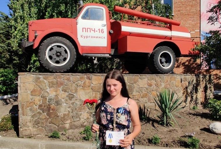 На Кубани девушку наградили медалью за спасение сестры из горящего дома