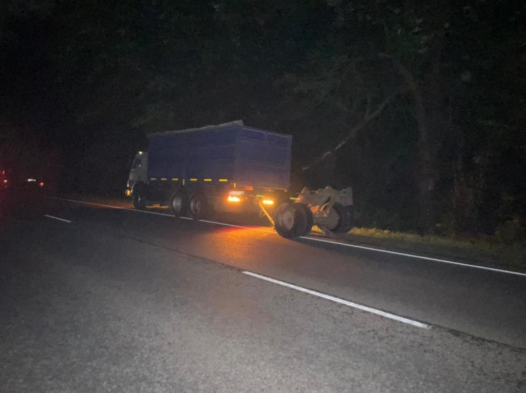 На Кубани легковушка снесла с дороги прицеп КамАЗа, водитель погиб