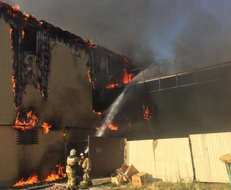 На Кубани загорелся трехэтажный магазин на площади 600 кв. м