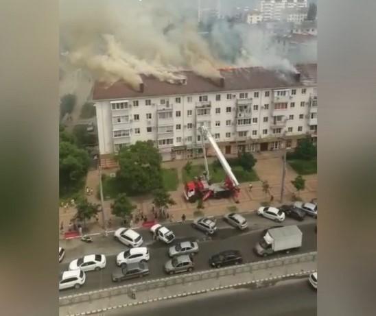 В Новороссийске загорелась крыша пятиэтажного дома на площади 750 кв.м