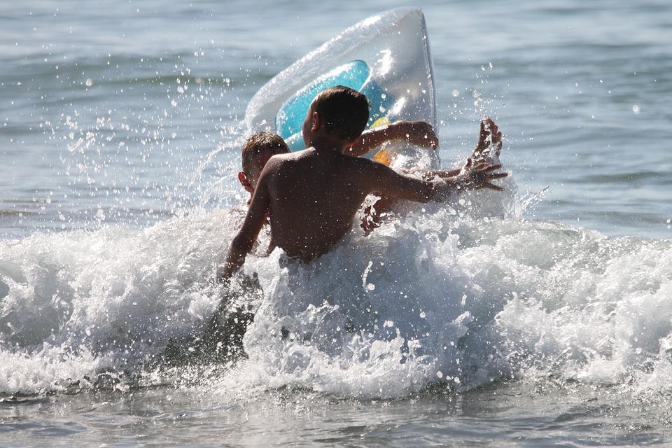 В Анапе запретили плавать в море на матрасах и катамаранах
