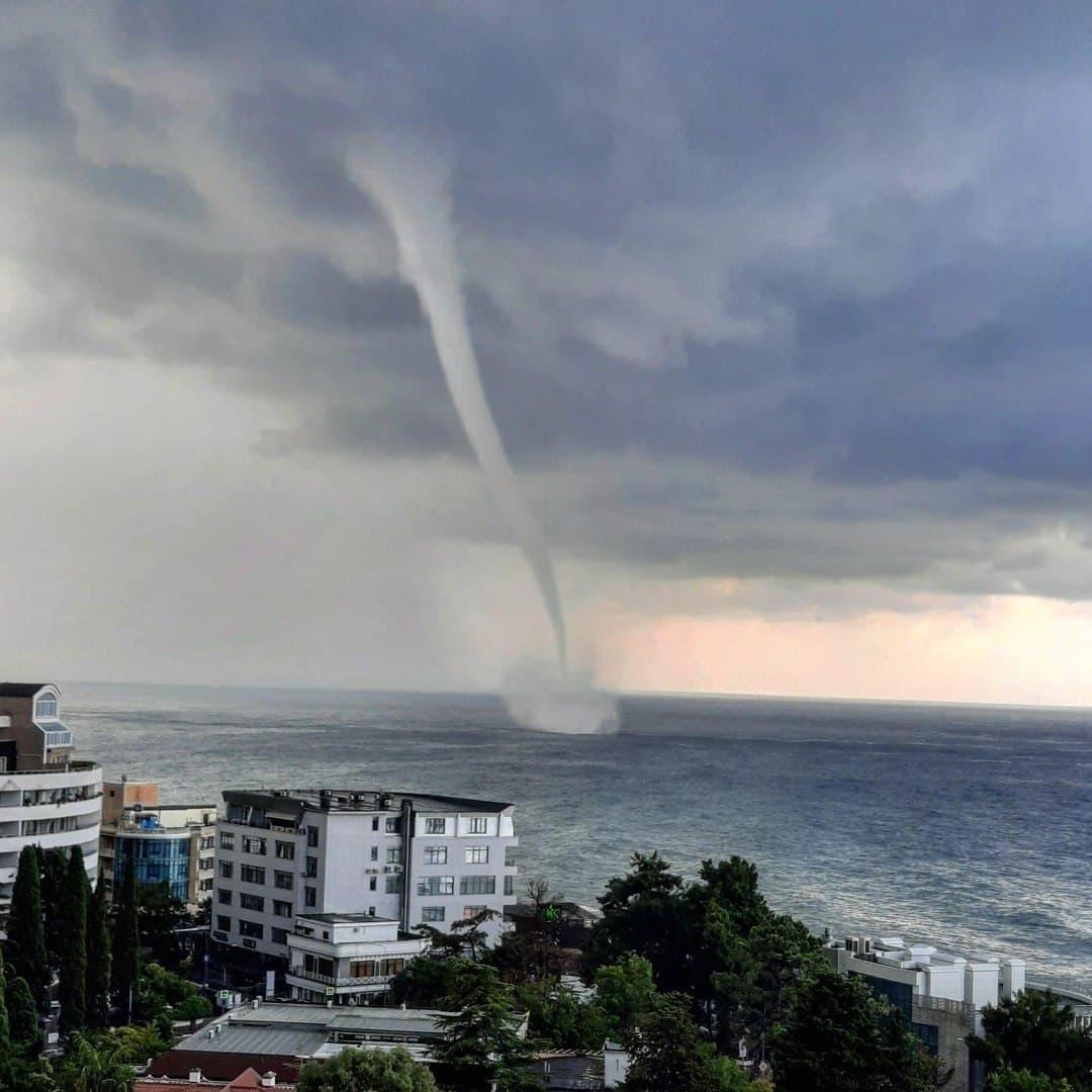 Видео: в Сочи масштабный смерч прошел по морю около берега
