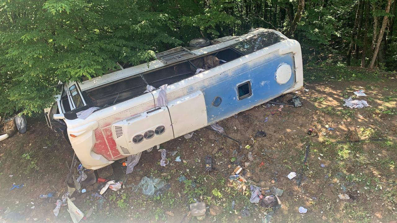 На Кубани перевернулся туристический автобус, два человека погибли, еще 21 пострадал