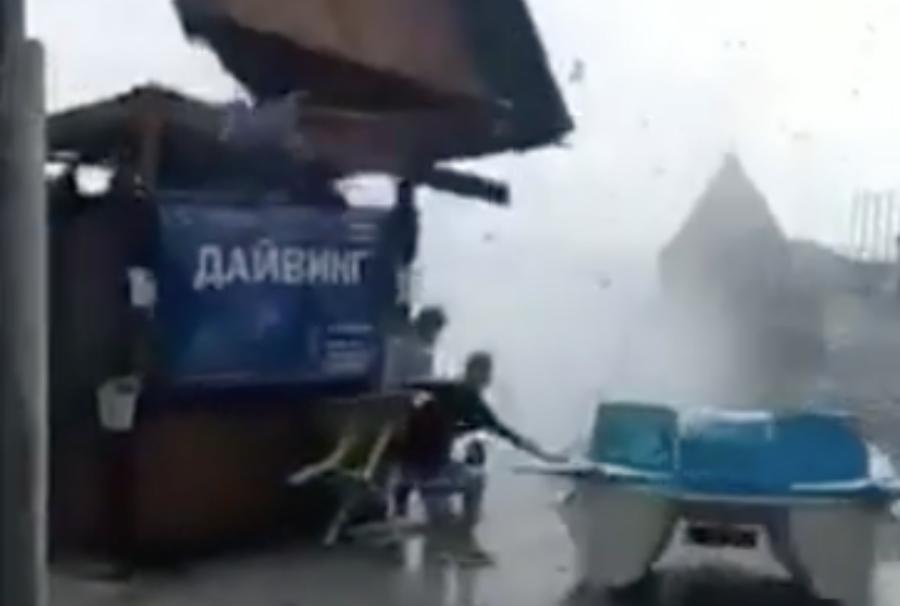 В Новороссийске смерч вышел на берег и разрушил торговые палатки