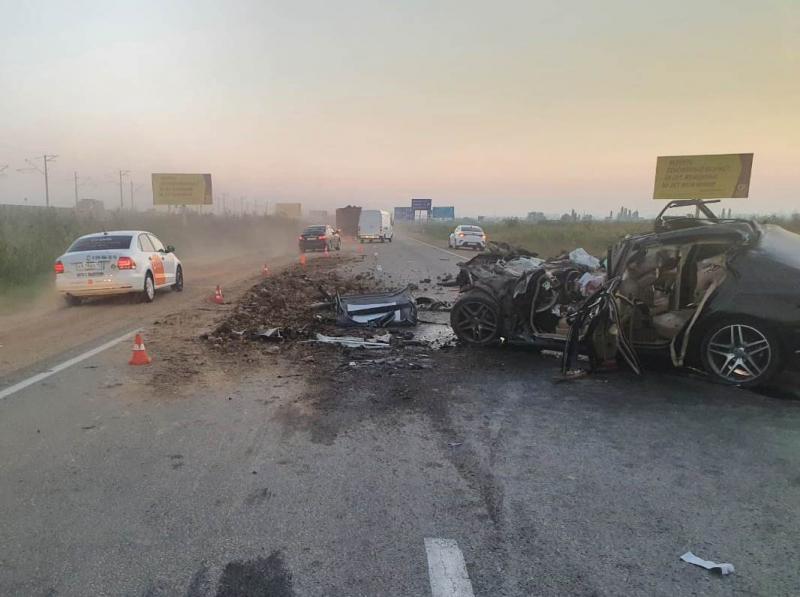 В Адыгее три человека погибли при столкновении Mercedes с фурой