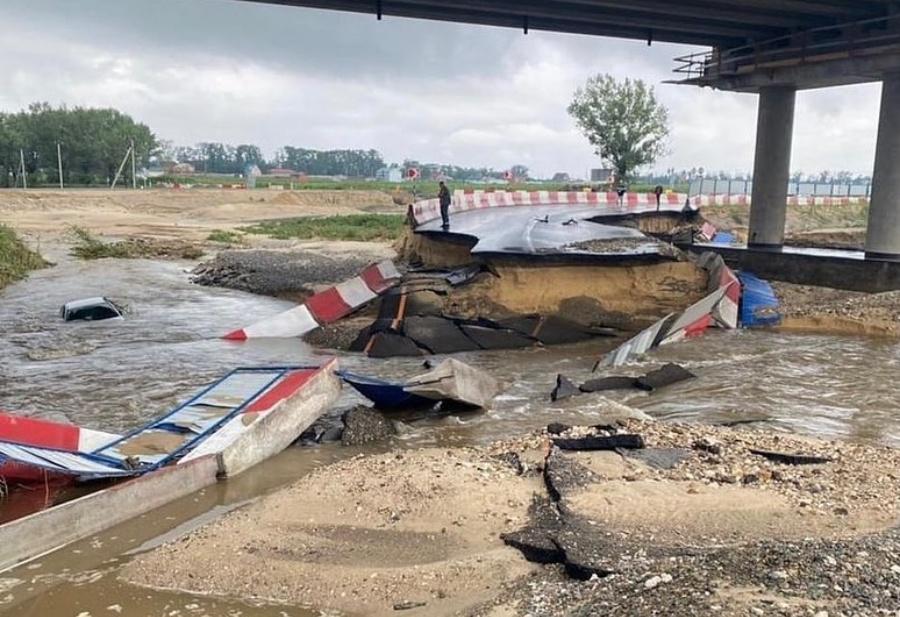 В Анапе затопило четыре участка трасс