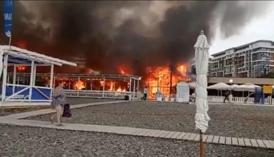 На пляже в Дагомысе потушили масштабный пожар в кафе