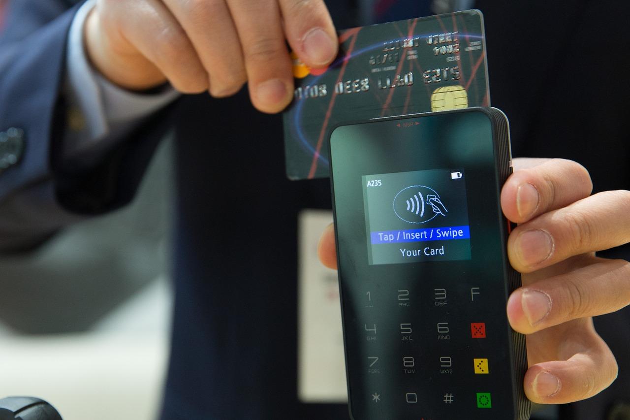 В Краснодаре продавец магазина списывал деньги с кредитного счета покупателя