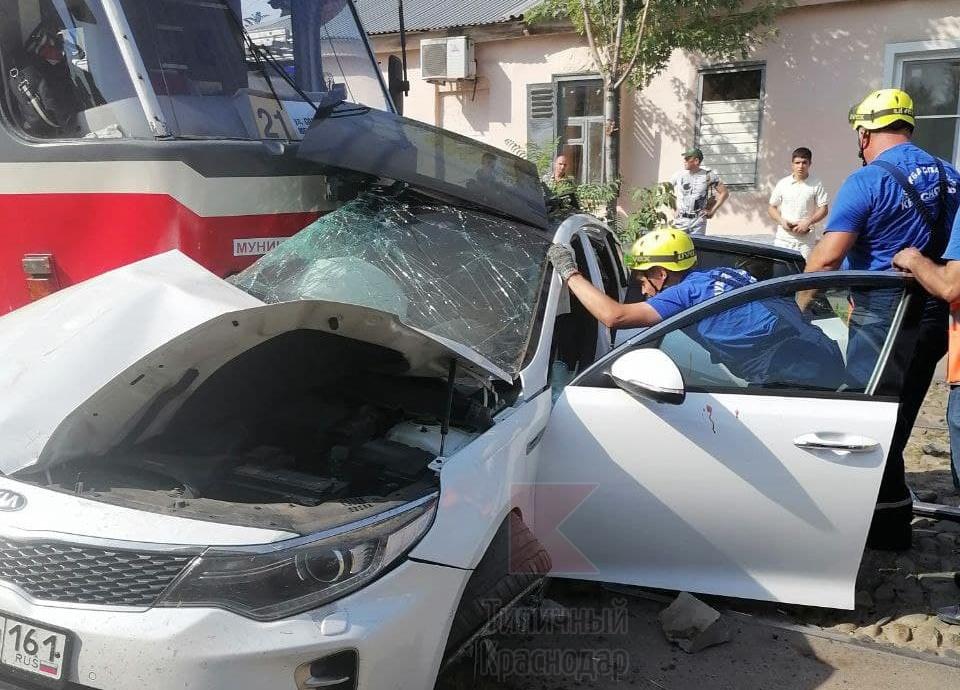 В Краснодаре легковушка столкнулась с трамваем. Один человек погиб, еще двое пострадали