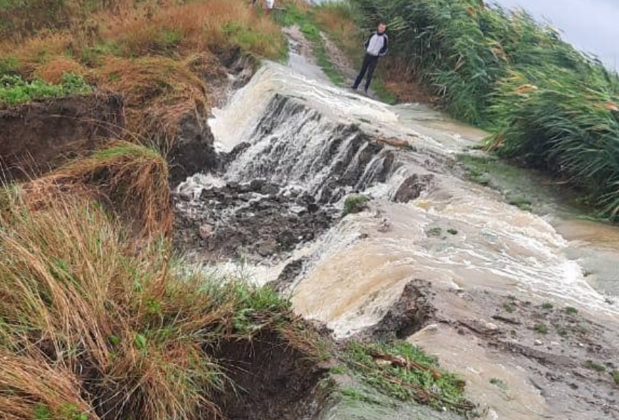 В Анапе прорвало дамбу в поселке Пятихатки, три человека едва не утонули