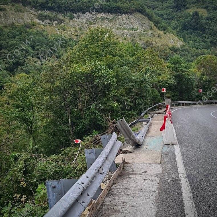 В Сочи грузовик вылетел на мокрой дороге в обрыв, водитель погиб на месте