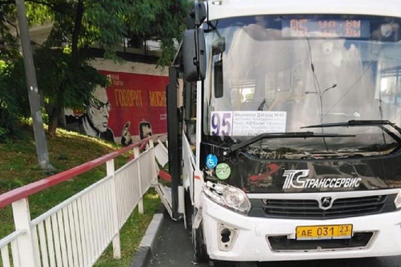 В Сочи автобус врезался в забор, уходя от столкновения