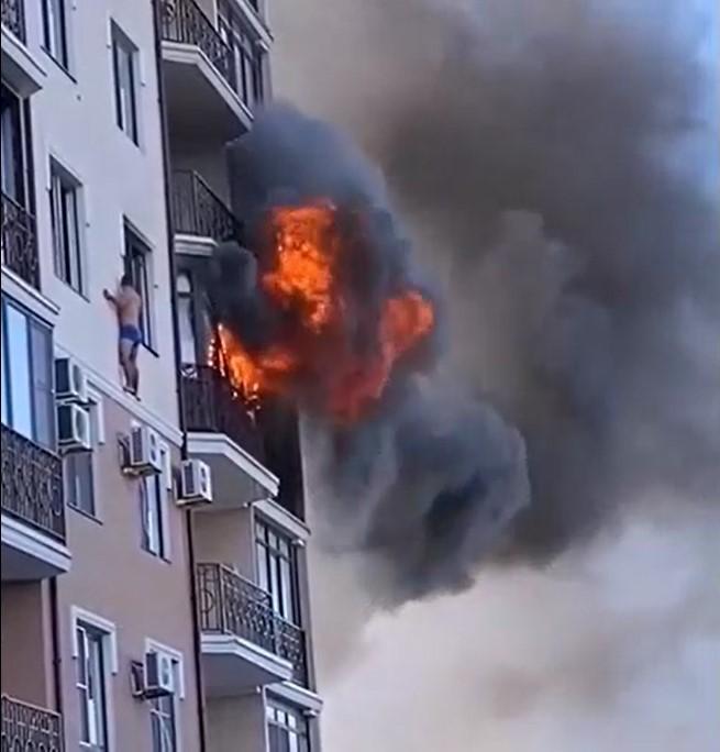 В Анапе мужчина, спасаясь от пожара, выбрался на карниз многоэтажки
