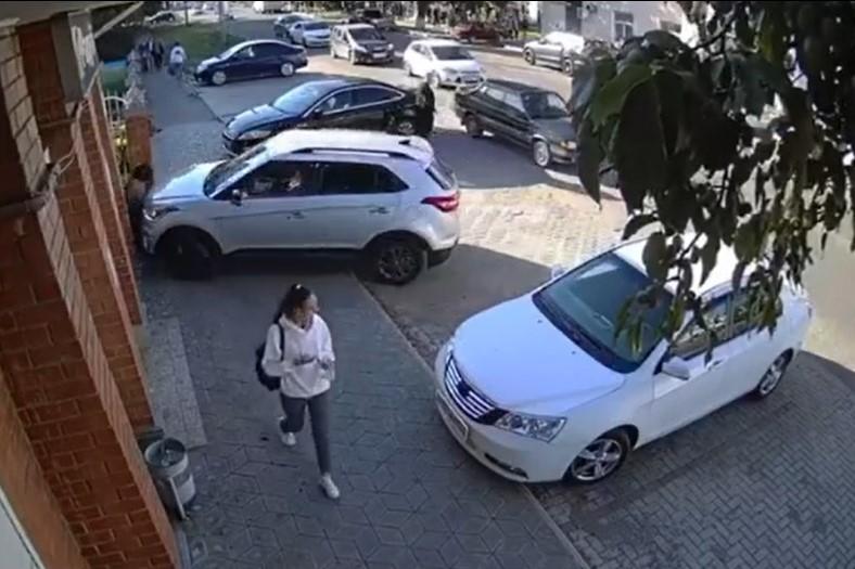 В Тихорецке при парковке водитель сбила женщину и ребенка