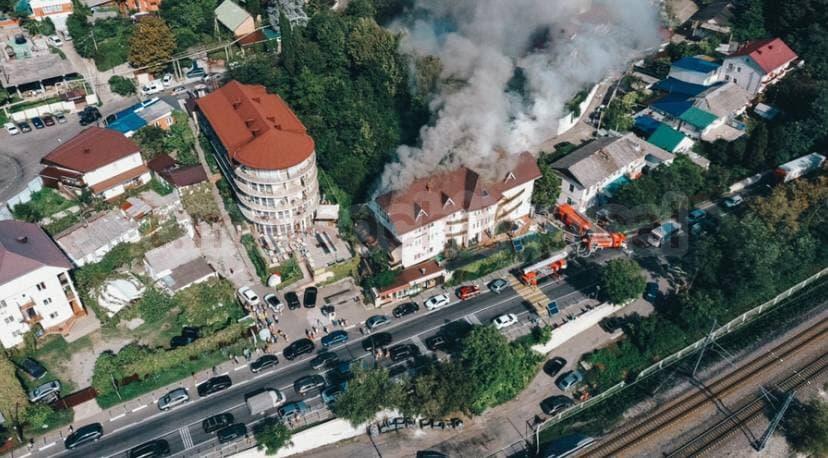 В Сочи из загоревшейся гостиницы