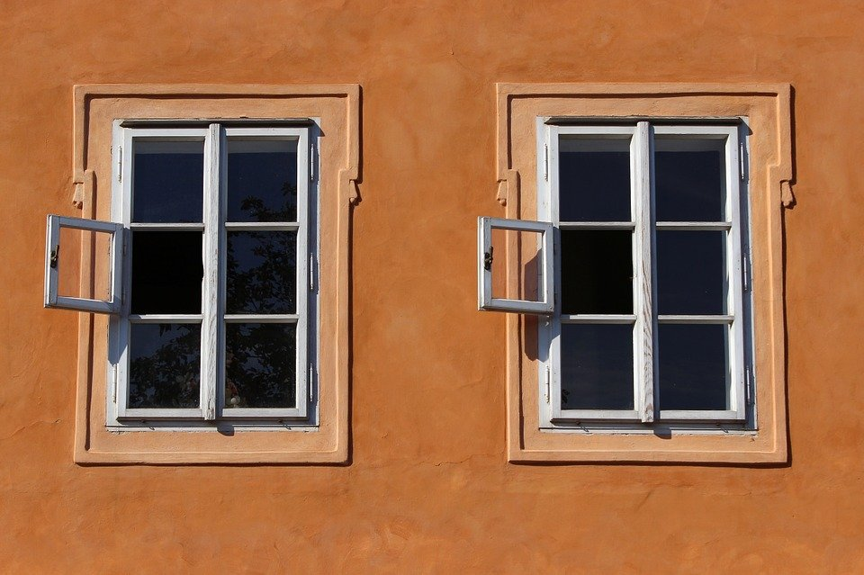 В Краснодаре под окнами многоэтажки скончался мужчина