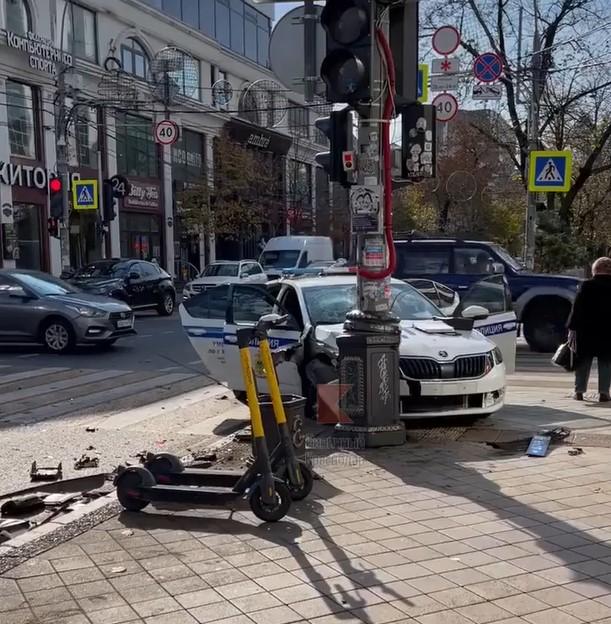 В центре Краснодара иномарка столкнулась с патрульным авто ДПС